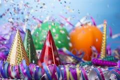 Partido del confeti del globo con el casquillo y las flámulas Fotos de archivo libres de regalías