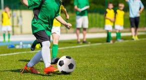 Partido del entrenamiento y de fútbol entre los equipos de fútbol de la juventud BO joven Foto de archivo