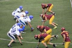 Partido del fútbol americano entre los lobos y el dragón azul Foto de archivo libre de regalías