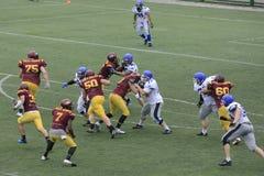 Partido del fútbol americano entre los lobos y el dragón azul Foto de archivo