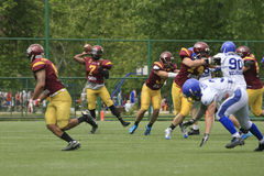 Partido del fútbol americano entre los lobos y el dragón azul Imagen de archivo