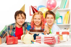 Partido del feliz cumpleaños con la torta y los presentes Imagenes de archivo