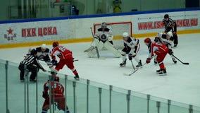 Partido del hockey en palacio del hielo de Vityaz