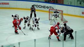 Partido del hockey en palacio del hielo de Vityaz almacen de video