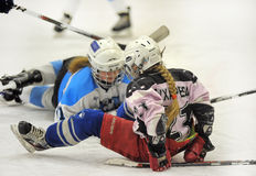 Partido del hockey sobre hielo de las muchachas Foto de archivo