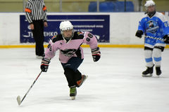 Partido del hockey sobre hielo de las muchachas Foto de archivo libre de regalías