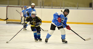 Partido del hockey sobre hielo de las muchachas Imagen de archivo libre de regalías