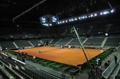 Partido del tenis en un estadio interior foto de archivo