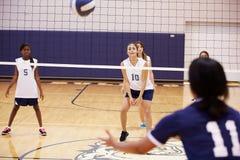 Partido del voleibol de la High School secundaria en gimnasio Imagen de archivo