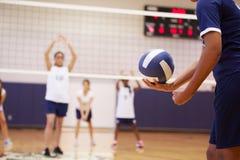 Partido del voleibol de la High School secundaria en gimnasio Foto de archivo