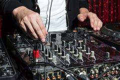 Partido DJ en club nocturno Imagen de archivo libre de regalías