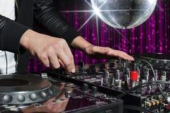 Partido DJ en club nocturno Fotografía de archivo libre de regalías