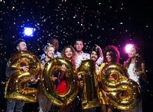 Partido do ano novo do escritório Jovens que têm o divertimento Fotografia de Stock Royalty Free
