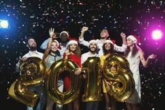 Partido do ano novo do escritório Jovens que têm o divertimento Imagem de Stock Royalty Free