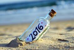 Partido do ano novo, garrafa com mensagem na praia, 2016 Imagens de Stock Royalty Free