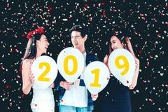 Partido do ano novo, grupo do partido da celebração de jovens asiáticos ho fotografia de stock royalty free