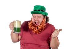 Partido do dia de Patricks Retrato do homem gordo engraçado que guarda o vidro da cerveja em St Patrick imagens de stock royalty free
