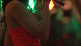 Partido do karaoke Meninas da beleza com um microfone que cantam e que dançam video estoque