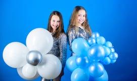 Partido do tema do balão Irmãos pequenos das meninas perto dos balões de ar Festa de anos Felicidade e momentos alegres carefree imagens de stock