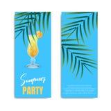 Partido do verão Projeto do inseto ou do convite para o partido do verão Cartão com cocktail, palmas e rotulação Imagem de Stock Royalty Free