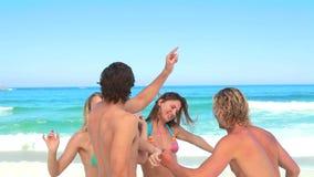 Partido dos amigos na praia vídeos de arquivo
