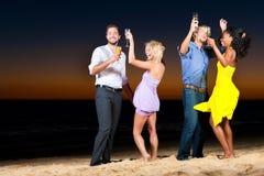 Partido e dança na praia Imagens de Stock Royalty Free