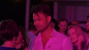 Partido en un club nocturno en el verano metrajes