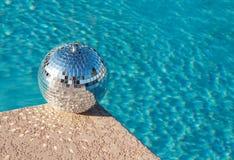 Partido! Esfera do disco ao lado da piscina do recurso imagens de stock royalty free