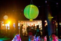 Partido exterior verde da lanterna de papel com os povos no fundo Imagens de Stock Royalty Free