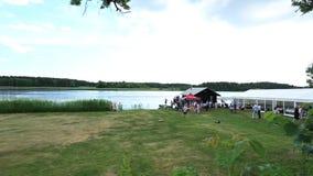 Partido firme al aire libre cerca de un lago en gran día de verano Algunas personas que juegan con los coches controlados de radi