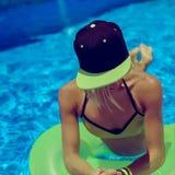 Partido glamoroso do verão da menina na piscina fotos de stock