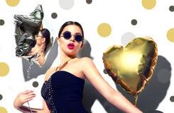 Partido A menina modelo da beleza com coração e a estrela coloridos deu forma a balões Fotografia de Stock