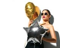 Partido A menina modelo da beleza com coração e a estrela coloridos deu forma a balões Imagens de Stock Royalty Free