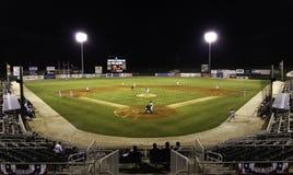 Partido nocturno - estadio de béisbol de la liga menor Fotografía de archivo