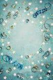 Partido, quadro do carnaval ou do aniversário com confetes coloridos e flâmula na opinião de tampo da mesa azul do vintage estilo Fotos de Stock Royalty Free