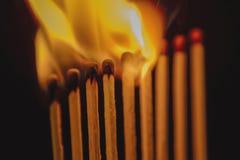 Partidos ardiendo contra oscuridad fotografía de archivo libre de regalías