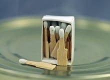 Partidos muy pequeños en una caja de cerillas Fotos de archivo libres de regalías