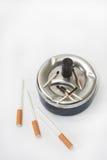 Partidos quemados en los cigarrillos del cenicero y del filtro Imagen de archivo