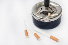 Partidos quemados en los cigarrillos del cenicero y del filtro Foto de archivo libre de regalías