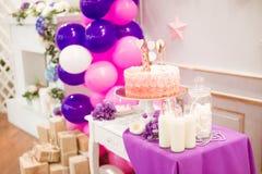 Partie admirablement décorée du ` s d'enfants avec des fleurs et des bonbons de ballons Photo libre de droits