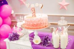 Partie admirablement décorée du ` s d'enfants avec des fleurs et des bonbons de ballons Image stock