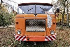 Partie avant du vieux camion orange Photographie stock libre de droits