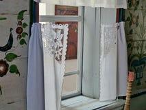 Partie blanche propre de la maison du paysan Cenacle Intérieur d'un izba rural La peinture d'Ural est un art populaire unique photographie stock
