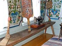 Partie blanche propre de la maison du paysan Cenacle Intérieur d'un izba rural La peinture d'Ural est un art populaire unique photo stock