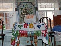 Partie blanche propre de la maison du paysan Cenacle Intérieur d'un izba rural La peinture d'Ural est un art populaire unique image stock
