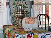 Partie blanche propre de la maison du paysan Cenacle Intérieur d'un izba rural La peinture d'Ural est un art populaire unique images stock