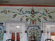 Partie blanche propre de la maison du paysan Cenacle Intérieur d'un izba rural La peinture d'Ural est un art populaire unique photos stock