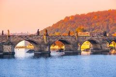 Partie centrale de Charles Bridge au-dessus de rivière de Vltava à Prague, République Tchèque photo stock