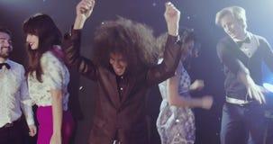 Partie, confettis, lumières, danse heureuse de personnes banque de vidéos
