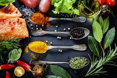 Partie délicieuse de filet saumoné frais avec les herbes aromatiques, Image libre de droits